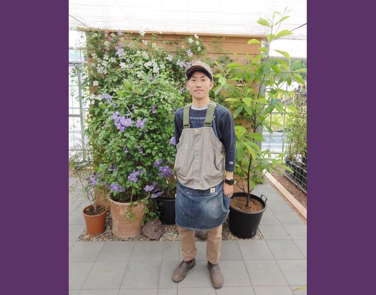 NURSERIES vol.12 及川フラグリーン 及川洋磨さん(温室内で)