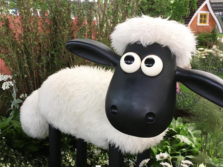 2018年5月18~23日 第20回国際バラとガーデニングショウ メットライフドーム マーク・チャップマンさんの庭では、英国アニメ、羊のショーンがお出迎え。