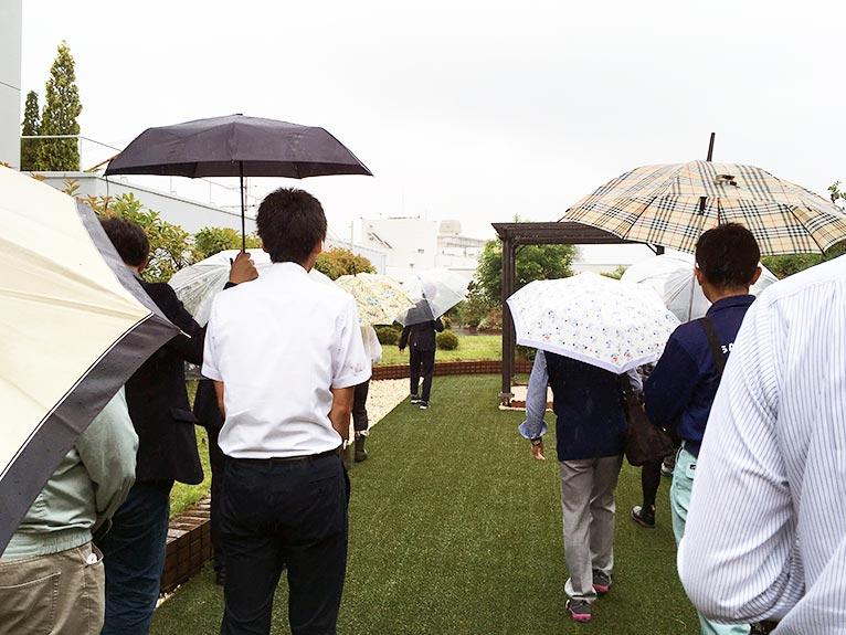 2018年6月20日 JGNスペシャル・ガーデンツアー 田島緑化工事株式会社✕JGNコラボレーションイベント『屋上緑化の今を見学しよう!』先頭で案内くださるのは、田島緑化工事の島﨑千恵さん。どんな質問にも丁寧に答えてくださった。