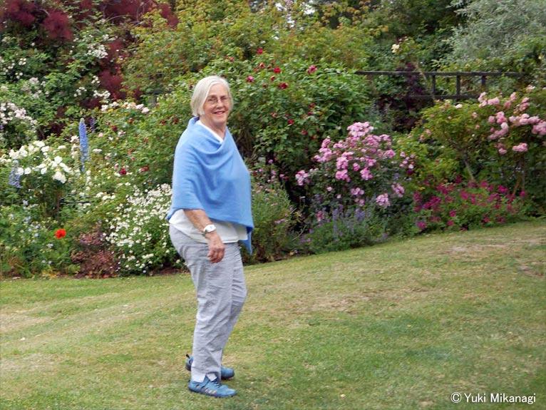 植物百般 インタビュー「ニュージーランドのバラ事情」JGN創立メンバー千葉県立中央博物館主任上席研究員/生物多様性センター 御巫由紀 庭を案内するサリー・アリスンさん