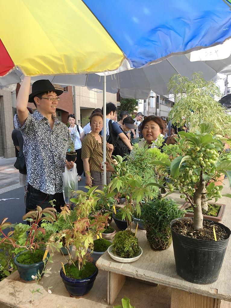 2018年6月30日 JGNスペシャルツアー 辻 幸治さんと行く浅草「お富士さん植木市」 好みの植物・珍しい植物をゲットするチャンス! お店の方と談笑する辻さん。ご自身も買い物をされていた。植物愛に溢れていると思う。