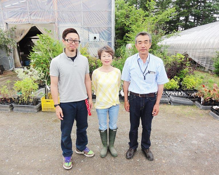 NURSERIES vol.18 大森ガーデン 大森さん一家(圃場ハウス前で)右から康雄さん、敬子さん、謙太郎さん